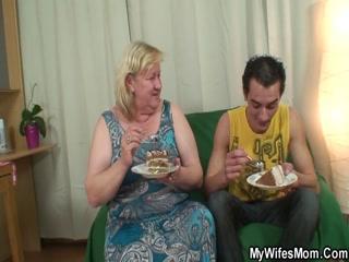 Порно со зрелой блондинкой и ее любовником дома на диване в гостиной комнате