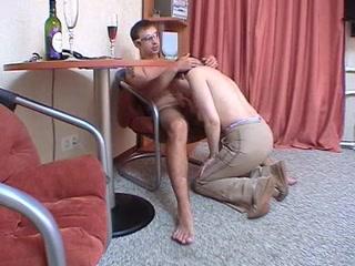 Порно видео со зрелой блондинкой, которая любит сосать хуи молодых