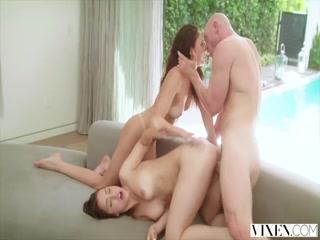 Сексуальные лесбиянки сосут клиторы
