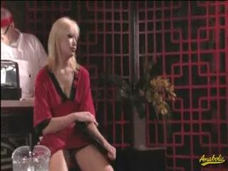 Две русские лесби трахаются с одним парнем на барной стойке